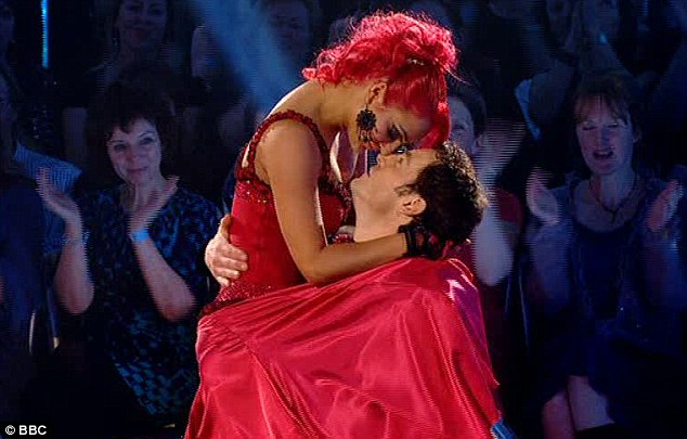 Нажмите на изображение для увеличения Название: kara-tointon-is-crowned-winner-of-strictly-come-dancing-2010-after-wowing-judges-with-her-stunni.jpg Просмотров: 19 Размер:58,9 Кб ID:52880