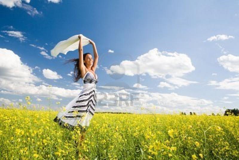 Нажмите на изображение для увеличения Название: 3452463-image-of-happy-woman-holding-a-white-fabric-in-the-yellow-meadow.jpg Просмотров: 15 Размер:65,7 Кб ID:55243