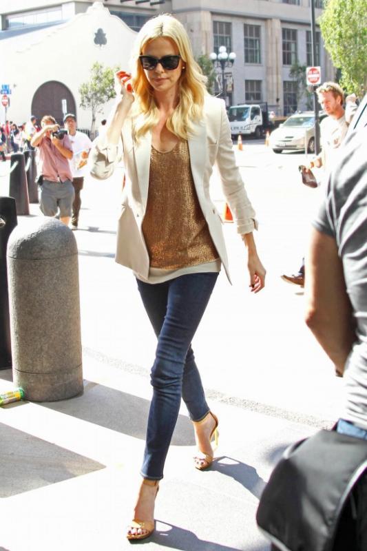 Нажмите на изображение для увеличения Название: charlize-theron-tight-jeans-candids-at-san-diego-convention-center-02-560x840.jpg Просмотров: 56 Размер:58,4 Кб ID:57170