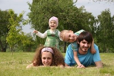 Нажмите на изображение для увеличения Название: 547753-family-of-four-lies-on-grass-2.jpg Просмотров: 18 Размер:33,1 Кб ID:59176