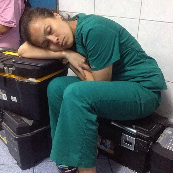 Нажмите на изображение для увеличения Название: 1_sleeping_overworked_doctors.jpg Просмотров: 20 Размер:53,4 Кб ID:75695