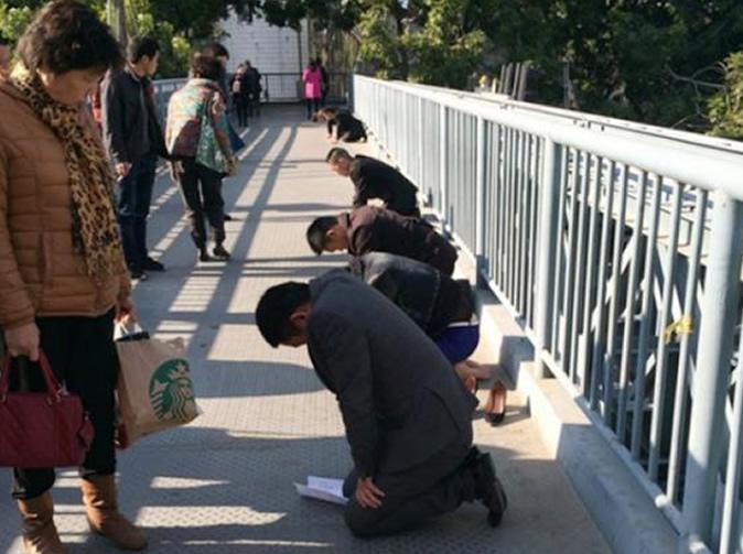 Нажмите на изображение для увеличения Название: Китайцы-на-коленях.jpg Просмотров: 15 Размер:123,7 Кб ID:79374